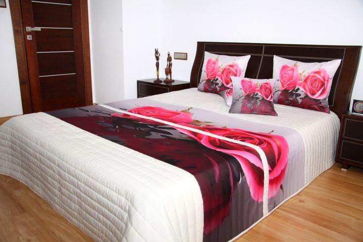 Białe narzuty na łóżko z różowo szarymi różami