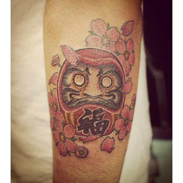 【horisyaraku】さんのInstagramをピンしています。 《先程のお客様です!  腕にダルマと桜のデザインを  入れました!  目はまだ入れておりません(^-^)v  入れる時が来るのが  待ち遠しいですね(*´∀`) お疲れ様でしたー!  #刺青 #和彫り  #ダルマ #達磨  #桜 #タトゥー  #ワンポイント  #tattoo #arm  #daruma #wabori  #cherryblossom  #目はまだ入れない  #相模原 #橋本  #彫写楽 #horisyaraku  刺青師 彫写楽 http://www.horisyaraku.com》
