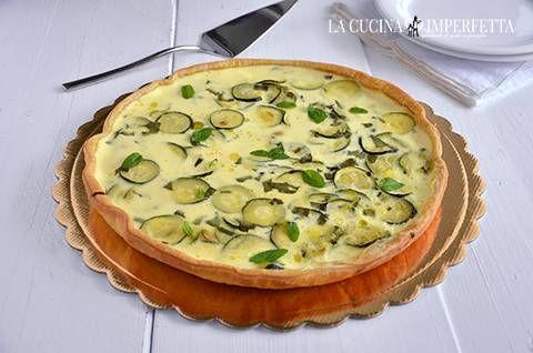 La torta salata zucchine e yogurt è una ricetta fresca e saporita e l'uso della sfoglia pronta la rende ancora più facile da fare.