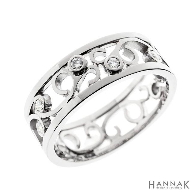 Verso-vihkisormus | Keveän koristeellinen vihkisormus on valmistettu asiakkaan omia koruja kierrättäen. Ilmava filigraani-henkinen köynnöskuvio kiertää ympäri sormuksen. Timantit on istutettu köynnöksen lomaan pieniksi nupuiksi. | Materiaalit: 750-valkokulta, timantit | http://www.hannakorhonen.fi/verso-vihkisormus/ | white gold 750, diamonds | #HannaK #rings #wedding #jewelry