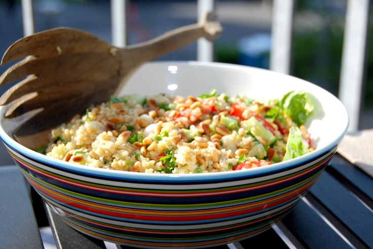 Bulgursalat er sundt tilbehør til de fleste kødretter. Kog bulgur ved svag varme, og vend den med salat, tomater, agurk og friskhakket persille. Hvad er bulgur egentlig for noget? Det er tørrede ke…