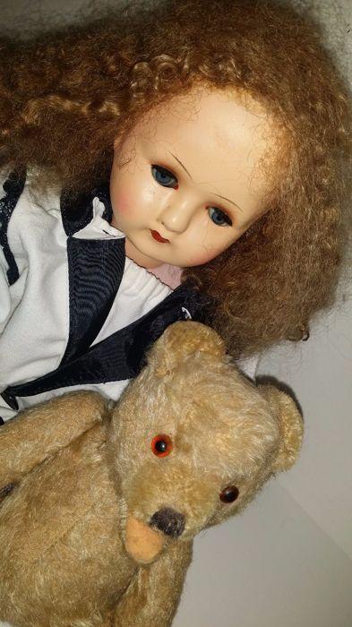 Margarete Steiff, door polio aan de rolstoel gekluisterd, maakte eerst kleding, daarna speelgoedbeesten voor familie en vrienden en startte haar bedrijf in 1880. Het speelgoed kreeg als handelsmerk het bekende knopje in het oor. Dit beertje is waarschijnlijk van Steiff, het heeft een gaatje in het oor. Het knopje werd vaak verwijderd omdat men zo'n knopje zielig vond staan. Hij heeft bruine glazen oogjes, een open mond en geborduurde neus. Beweegbare armen en benen. Het beertje verkeert i...