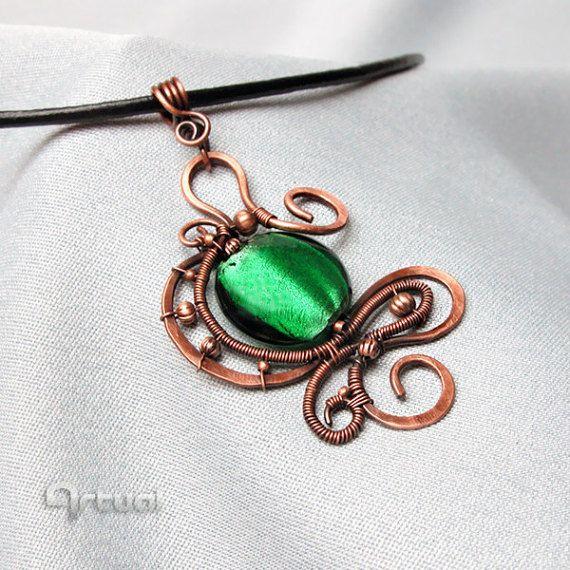 Pendentif fil de cuivre de perle de verre dichroïque vert, collier Bijoux, cadeau de Noël pour les femmes, pendentif en cuivre enroulé, pendentif boho  Pendentif en fil de cuivre oxydé, martelé décoré avec du verre dichroïque vert ou noir et petites perles de cuivre. Le fil est oxydé et verni pour sceller plus les changements de couleur.  Le pendentif est attaché à ton cuivre chaîne ou cordon en cuir véritable avec fermoir cuivre vieilli aux extrémités - choisir dans la liste déroulante…