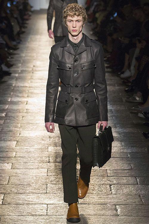 На Миланской неделе моды была презентована осенне-зимняя коллекция Bottega Veneta. Главный дизайнер бренда Томас Майер в этот раз источником вдохновения избрал стиль 1940-х. В результате на подиуме демонстрировались лаконичные силуэты, состоящие из д...