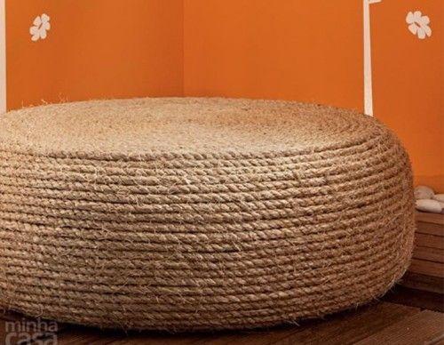 De plus en plus de projets de bricolage pullulent sur Internet pour montrer qu'il est possible de décorer son intérieur sans avoir besoin de tout racheter, surtout que ce n'est pas donné ! En voici un bon exemple, une femme qui a redonné vie à un pneu en le transformant en un pouf maison. 1. Vo…