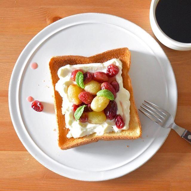 keiyamazaki on Instagram pinned by myThings Today's breakfast. オリーブオイルとひとつまみの塩をまぶしてオーブンで焼いたぶどう。予熱+焼き時間で30分近くレンジが使えないけれど、朝ごはん&お弁当準備の順番をちゃんと考えてからやれば、オーブンはほったらかしで良いからけっこう楽。片付けもクッキングペーパー捨てればいいだけだし。 下に塗ったのは、水切りヨーグルトとクリームチーズと少し砂糖を混ぜたクリーム。