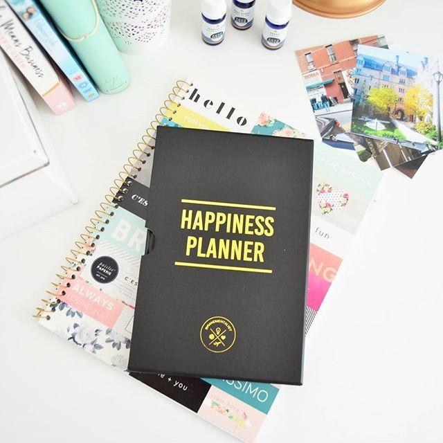 Happiness Planner kalentereita saa myös mustan värisinä 🌟 .  .  .  .  #thehappinessplanner #kalenteri #planner #happiness #gratitude #kiitollisuus #musta #lahjaidea #onnellisuus #mindfulness #calm