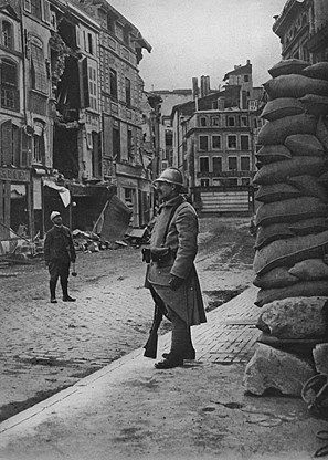 Street scene in Verdun after German bombardment, WW1. Scène de rue à Verdun après le bombardement allemand, WW1.