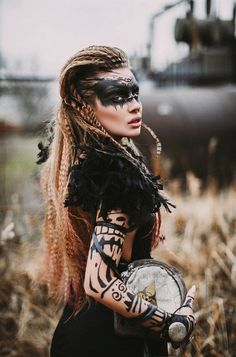 Vestuario y maquillaje inspirados en una mezcla casi post-apocalitica de las antiguas culturas de America. Muy original!