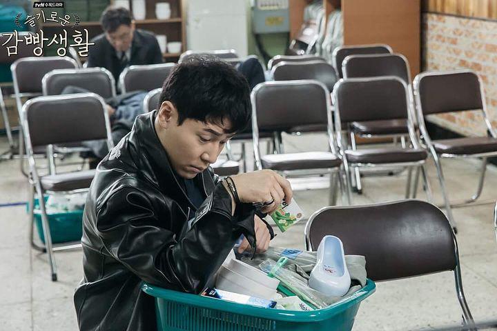 """""""슬기로운감빵생활/Wise Prison Life"""" Still Cuts 💗💗 ———————————————————— 📎 https://m.facebook.com/story.php?story_fbid=1580135542079269&id=1123179487774879  ———————————————————— #슬기로운감빵생활 #WisePrisonLife  #LeeKyuHyung #이규형 #tvn_공무원 #도깨비 #비밀의숲 #슬기로운감빵생활 #2017 #tvN_즐거움전 #블루스퀘어 #씬스틸러"""