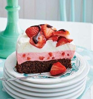Erdbeer-Joghurt-Torte - mächtiger Schokoladenkuchen mit Joghurt-Sahne-pürierte Erdbeeren-Creme mit Erdbeerstückchen und Sahne-Joghurt-Creme - http://www.lecker.de/rezept/3325481/Erdbeer-Joghurt-Torte.html