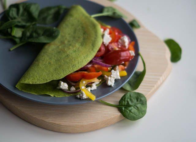 Sunde spinatpandekager med fyld af tomat-fetasalat - pandekagerne er glutenfri.