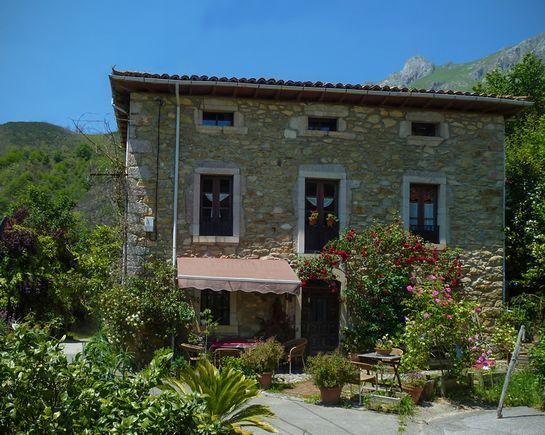 ASTURIAS, PEÑAMELLERA ALTA Casa_rural_La_Valleja, bonita casa de indianos rehabilitada. Dispone de 3 plantas y un total de #7_dormitorios con baño (5 dobles y 2 suites de 4 plazas), una de ellas es #habitacion_adaptada a personas con #movilidad_reducida, cocina, salón comedor con biblioteca, terraza y jardín con #barbacoa y #preciosas_vistas. Situado en una pequeña aldea entre el Parque Nacional de los #PicosDeEuropa y la costa de #Llanes. #CasaRuralAccesible