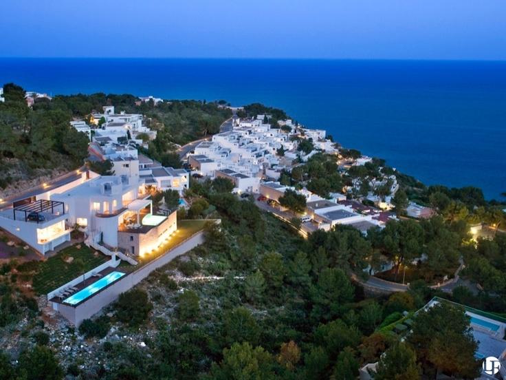 Villa moderna en venta con 6 dormitorios y magníficas vistas al mar en una comunidad privada. 2 piscinas exteriores, 1 piscina interior climatizada con jacuzzi y sauna