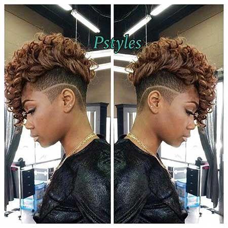 12. Curly Mohawk Frisur für schwarze Frauen