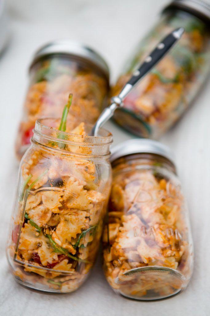 Nudelsalat mit roten Pesto, Tomaten und Mozzarella aus dem Glas – Picknick mit den Mädels
