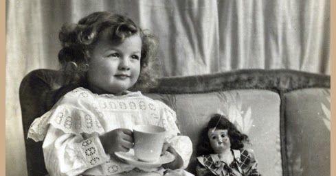 Uma criança já a partir dos sete anos pode segurar os talheres e comer corretamente à mesa. É preciso ensiná-la e praticar em todas as refeições em casa para quando for ao restaurante ela comporte-se bem naturalmente. Um dos sinônimos de educação é repetição. Em casa não se canse de repetir o que for preciso para que sua criança coma usando os talheres corretamente falando e agindo como se deve. Não tenha pena de exigir-lhe isso você a estará ajudando muito ensinando-a a comer corretamente…