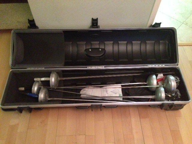 Golf travel case with fencing weapons (epee)