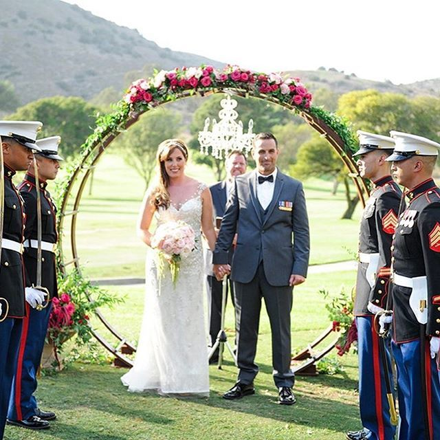 Military weddings always give us goose bumps! Such a beautiful moment for this bride and groom!! Happy Memorial Day 🇺🇸! Photo: @flowersbycina