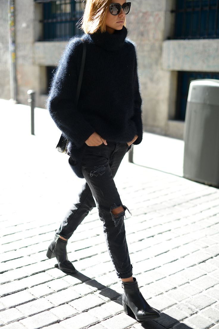 Cristina Fernandez is wearing a dark blue fuzzy sweater from H&M #StreetStyle