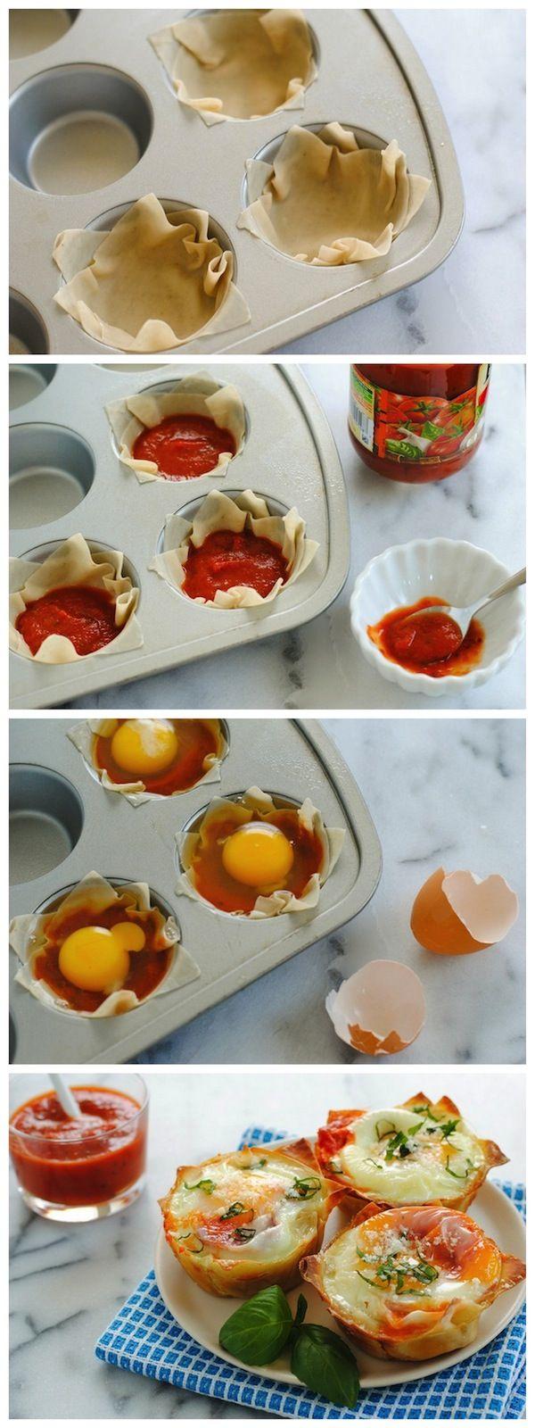 Huevo italiano Wonton Copas - Una deliciosa manera linda, para servir los huevos a una multitud en el almuerzo!  Tazas wonton crujiente rellenos con salsa marinara y huevos, cubierto con queso parmesano y albahaca.  | Foxeslovelemons.com