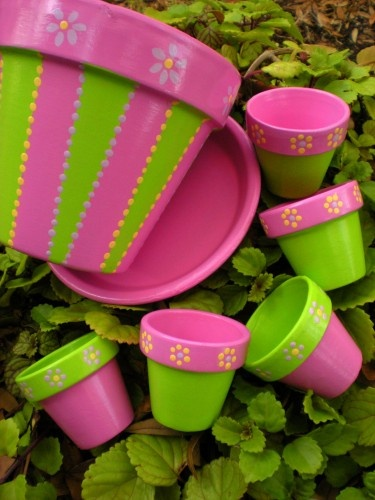 macetas pintadas de colores: verde y rosa