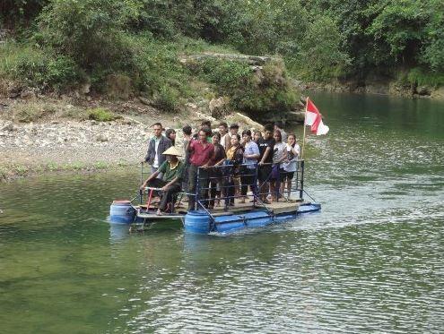 Berpose bersama di atas perahu