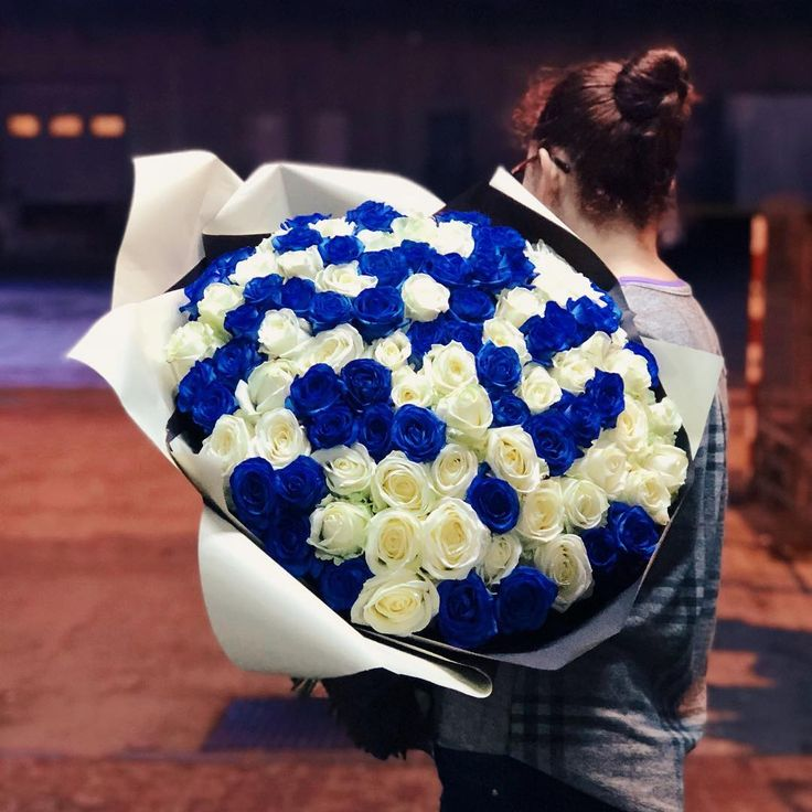 Buchet cu 101 trandafiri albastri si albi- un cadou cu adevarat special! 101 white and blue roses- a really special gift! #blueroses