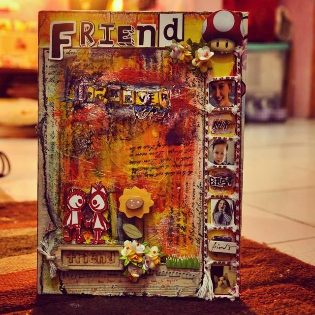 My Best Friends  Tema Scrapbook kali ini adalah tentang sahabat. Dibuat dengan sangat detail dan halus. Perpaduan warna jingga dengan kumpulan dekorasi dan bunga, membuat cover Scrapbook satu ini, segar dipandang. Di salah satu sisinya ada tempat untuk menge-pin foto teman-temanmu.