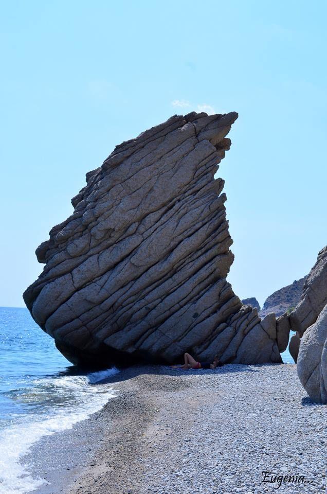 Isola di Samotracia : situata nel mar Egeo settentrionale a nord est dell'isola di Limnos, a circa 40 km dalla costa della Tracia .È conosciuta soprattutto per il Santuario dei Grandi Dei di Samotracia, da cui proviene la famosa statua della Vittoria alata, nota come Nike di Samotracia