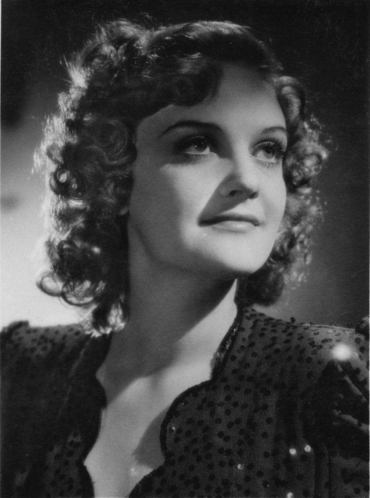 Tolnai Klári(1914-1998)kétszeres Kossuth-díjas magyar színésznő, érdemes és kiváló művész, Halhatatlanok Társulatának örökös tagja.