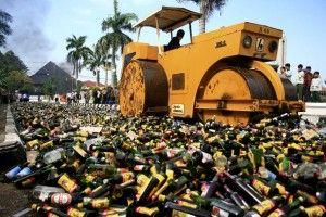 Sebanyak 15.175 botol minuman keras dari berbagai merek serta ukuran, dan ratusan liter miras oplosan, dimusnahkan oleh Kepolisian Resor Pat...