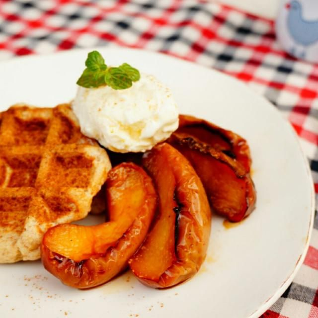 焼きたての全粒粉を使ったワッフル+焼りんごに、冷たいバニラアイスをのせて、冬のティータイムにゆっくり食べたいスウィーツ♡ しかし、朝ごはんとしてしっかり頂きましたΨ( ̄∇ ̄)Ψ - 57件のもぐもぐ - ベルギーワッフル焼りんご添え by hoppewapinker