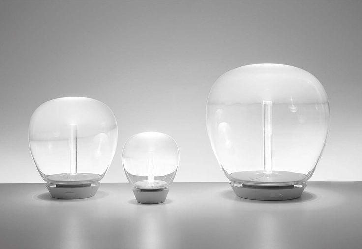 Artémide, Empatia - Telle une bulle, cette lampe à poser marie la technologie, propre à la marque italienne et la tradition du verre soufflé vénitien. Un savant dosage entre la transparence et l'opacité, enrobée d'aluminium peint blanc. Existe en 3 tailles, en lampadaire, applique/plafonnier et suspension. Design Carlotta de Bevilacqua. ©Artémide