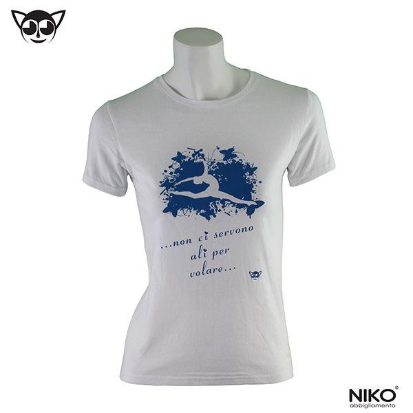 T-shirt bianca con stampa blu  100% cotone ring-spun prelavato e preristretto, simple jersey, bordino a costine sulla scollatura, impunture sul bordo delle maniche e sulla base, cuciture laterali Taglie: 4/5 anni, 6/7 anni, 8/9 anni, 10/12 anni, XS, S, M, L, XL Vedi la tabella taglie sul nostro sito www.nikostyle.it