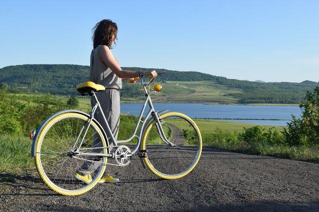 Sun rays, gray&yellow bike