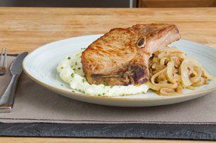 Des côtelettes de porc savoureuses accompagnées de pommes acidulées et de succulentes pommes de terre crémeuses; quoi demander de mieux?
