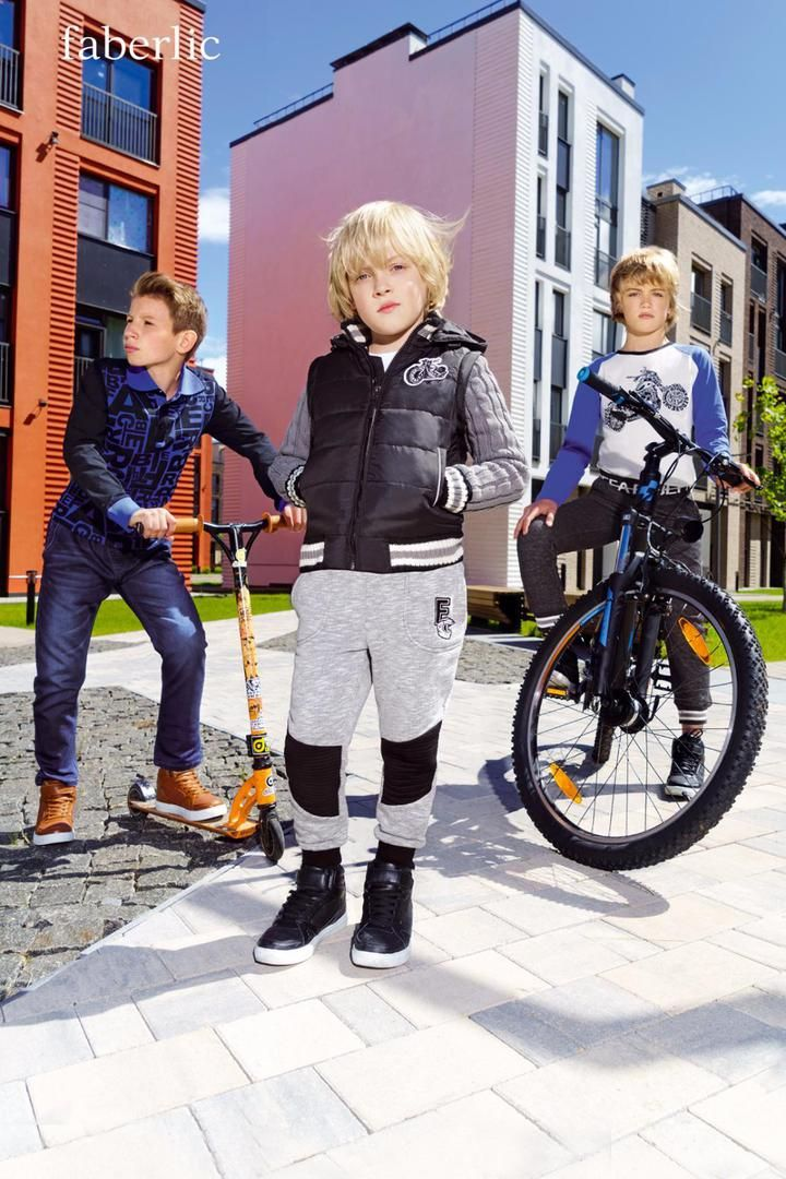 Сентябрь. Школьники пересекают улицы на скейтах и вовсю щеголяют в самых модных вещах сезона – комфортном трикотаже с объемной отделкой и ярких бомберах. Стрит-стайл для молодых и дерзких – в новом каталоге Faberlic.  Приучаем мальчишек быть самыми-самыми: яркие принты из букв, куртка-трансформер и милитари-оттенки подчеркнут сильный характер. Мужчины не отступают перед трудностями: у них в карманах полезные вещицы на все случаи жизни, а капюшон легко заменяет зонт. Практичный серый…