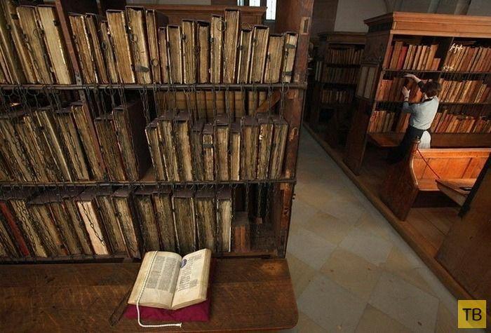 Старинные книги, прикованные к стеллажам (9 фото)