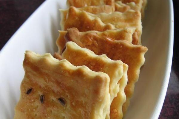 Sós keksz Hozzávalók  25 dkg liszt  120 ml tej  30 ml olívaolaj  1 evőkanál só  1 kávéskanál cukor  12 g friss élesztő  szezámmag vagy lenmag  1 tojás