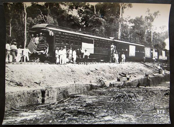 FOTOGRAFIA INAUGURAÇÃO DE TRECHO DA ESTRADA DE FERRO MADEIRA- MAMORÉ Vagão de 1ª.Classe com bandeiras brasileira e americana. 1909-1910.