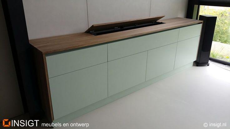 TV-lift meubel met blad van massief Amerikaans Noten - INSIGT meubels en ontwerp