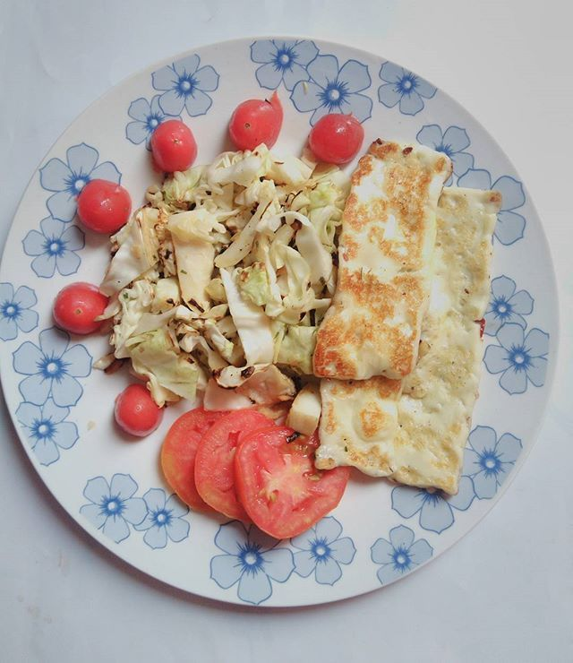 Almoço de hoje pós corridinha e praia! Repolho assado no azeite, tomates cereja, tomate normal e queijo coalho  Yummery - best recipes. Follow Us! #healthyrecipes