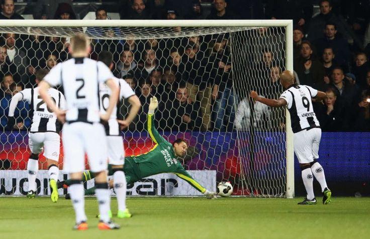 Keeper Zoet stopt de penalty van Armenteros in de wedstrijd tegen Heracles. 2017-01-28