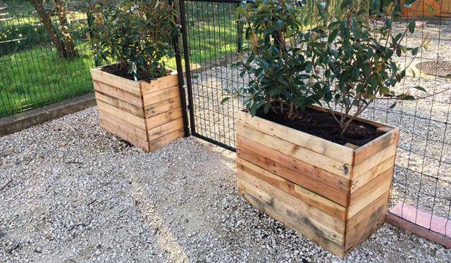 DIY : Fabriquer un bac à fleurs en palette – Tuto pour une jardinière récup