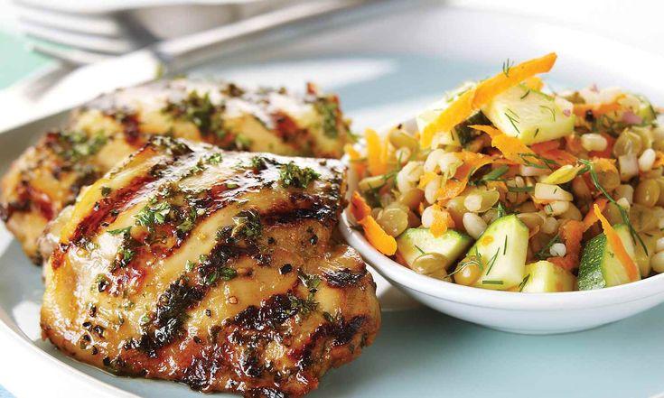 Ce met est parfait pour les pique-niques. La salade nutritive et nourrissante se jumèle bien au poulet mariné dans la bière et le miel.  | Le Poulet du Québec