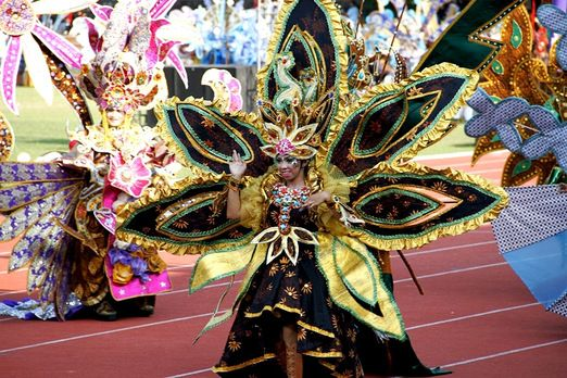 Spectacular costume: Unlike previous years, we held not only a batik parade at this year's SBC but also a show telling...