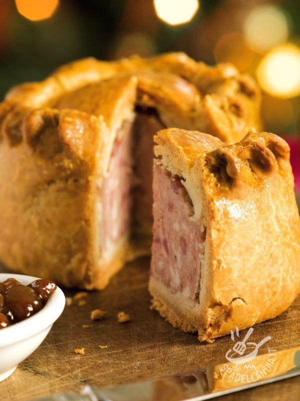 Pork Pie - Una sfoglia croccante all'esterno e morbida all'interno, perfetta per assorbire la gelatina di carne che caratterizza questa torta britannica.