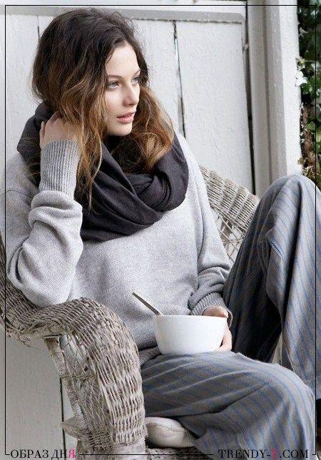 Серый свитер и серые брюки. И графитовый шарф