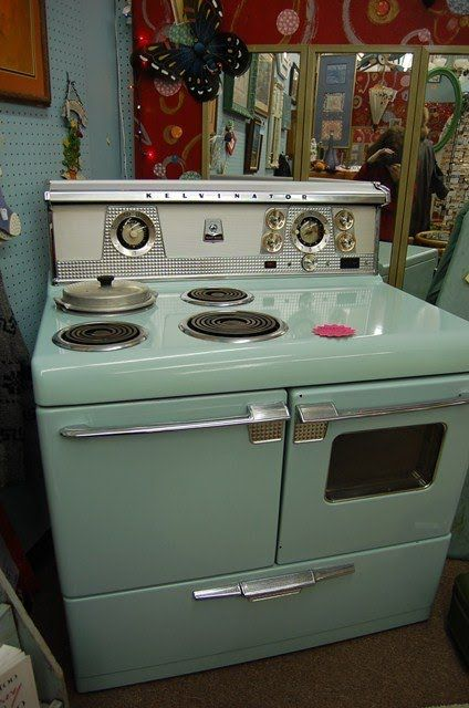 A vintage Kelvinator stove.  I don't know why this reminds me of my Aunt Wilma's stove.  YES I DO...it's the built in bean pot/deep fryer.  her stove had one too but I don't think hers was this color.  I think it was white.